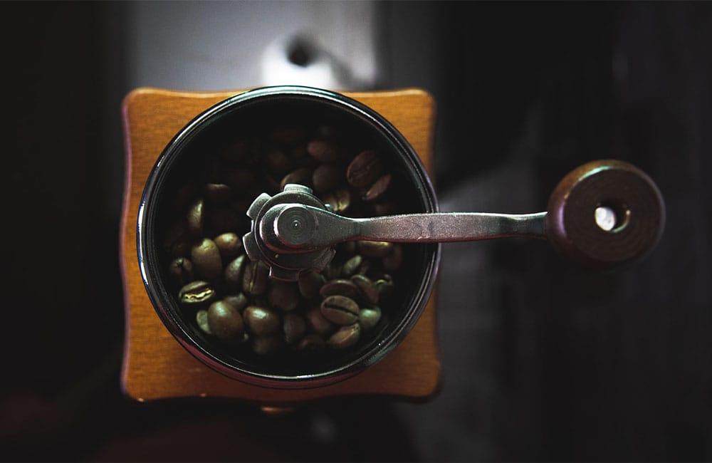 Un molinillo de café manual es un método muy adecuado para moler nuestro café en grano