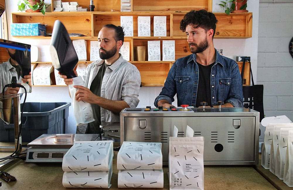 Empaquetando café en grano en Ineffable Coffee